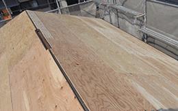 屋根材の撤去と野地板の増し張り