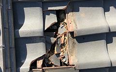 瓦屋根の割れ画像